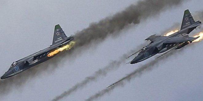 المرصد: طائرات الضامن الروسي ومروحيات النظام تجدد استهدافها على الريف الإدلبي
